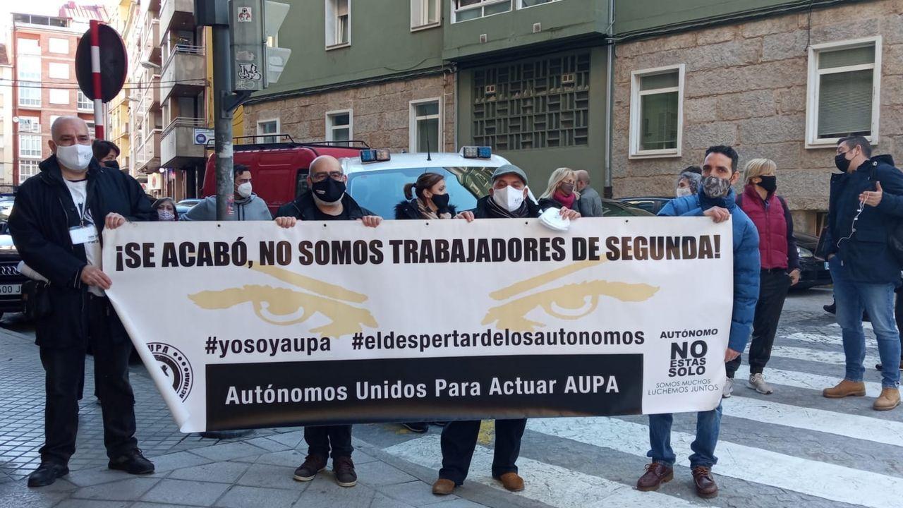 Las fotos de la manifestación de los hosteleros en Carballo.jubilados