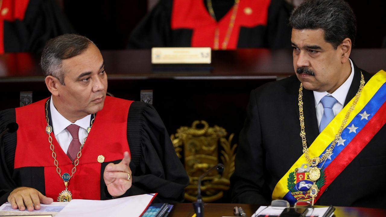 Un grupo de pasajeros consulta los vuelos en el Aeropuerto de Asturias.Maikel Moreno y Nicolás Maduro, en la apertura del año judicial, en enero pasado