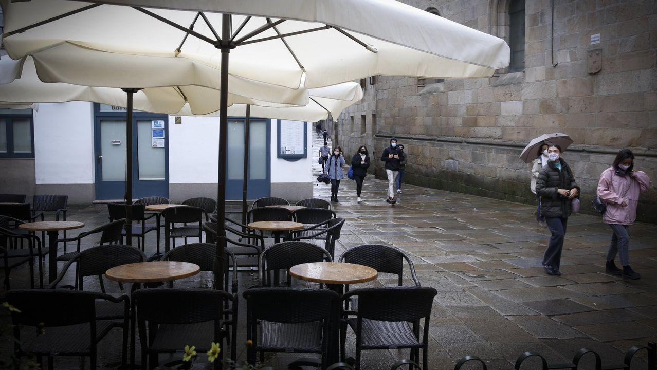 Colas para entrar por la Puerta Santa en Santiago.Las restricciones para entrar en Galicia y moverse entre la mayoría de las ciudades se han notado en las terrazas vacías de locales como los del casco histórico