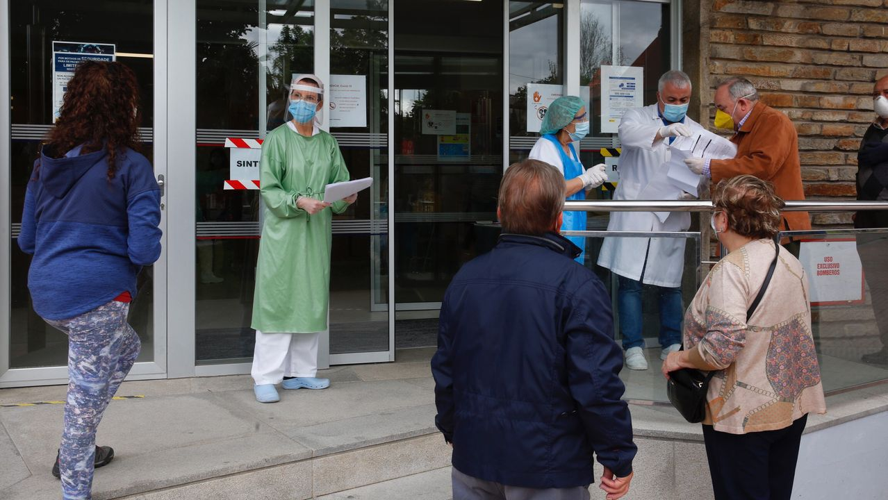 Protesta de trabajadores en el Hospital Montecelo de Pontevedra para reclamar más medios de protección, test y más personal
