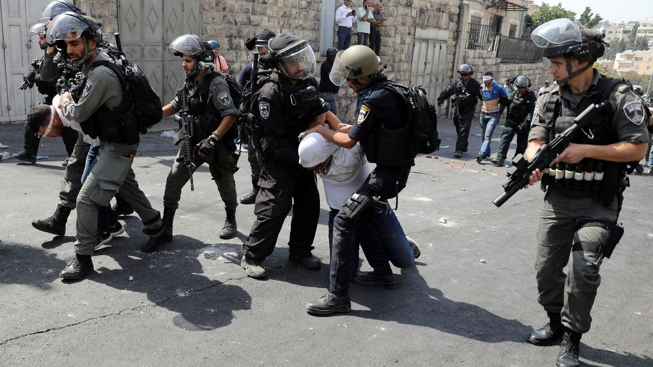 Un hombre es arrastrado por la policía israelí en Jerusalén