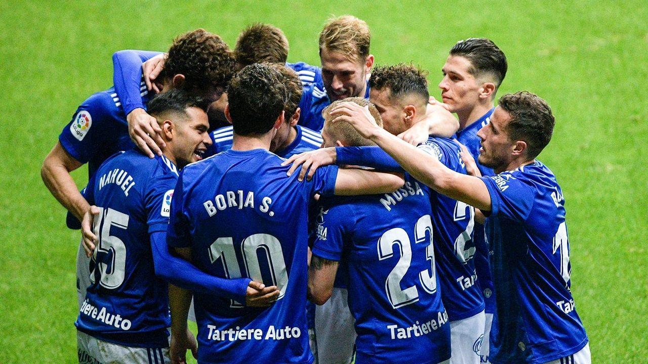Los jugadores del Oviedo celebran uno de los goles al Castellón