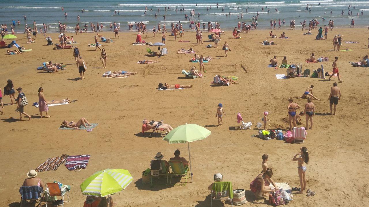 Bañistas en la playa de San Lorenzo de Gijón.Bañistas en la playa de San Lorenzo