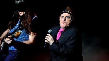 Tú también las cantabas mal.Javier Gurruchaga y la Orquesta Mondragón se subirá al escenario en el recinto ferial de Silleda.