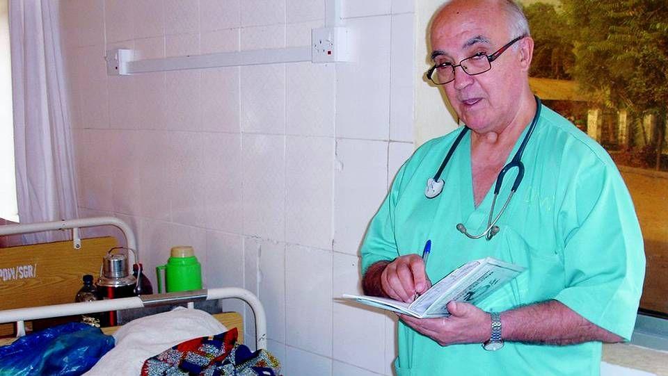 Un sanitario charlaba con Manuel García Viejo a su llegada a Torrejón el pasado 22 de septiembre.