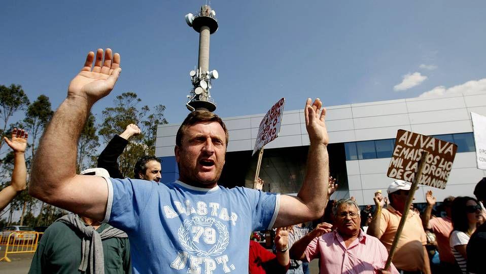 Manifestación en el recinto de la CRTVG de los afectados por las preferentes.Alberto Herrero, en el Coliseo durante la instalación de las barreras.