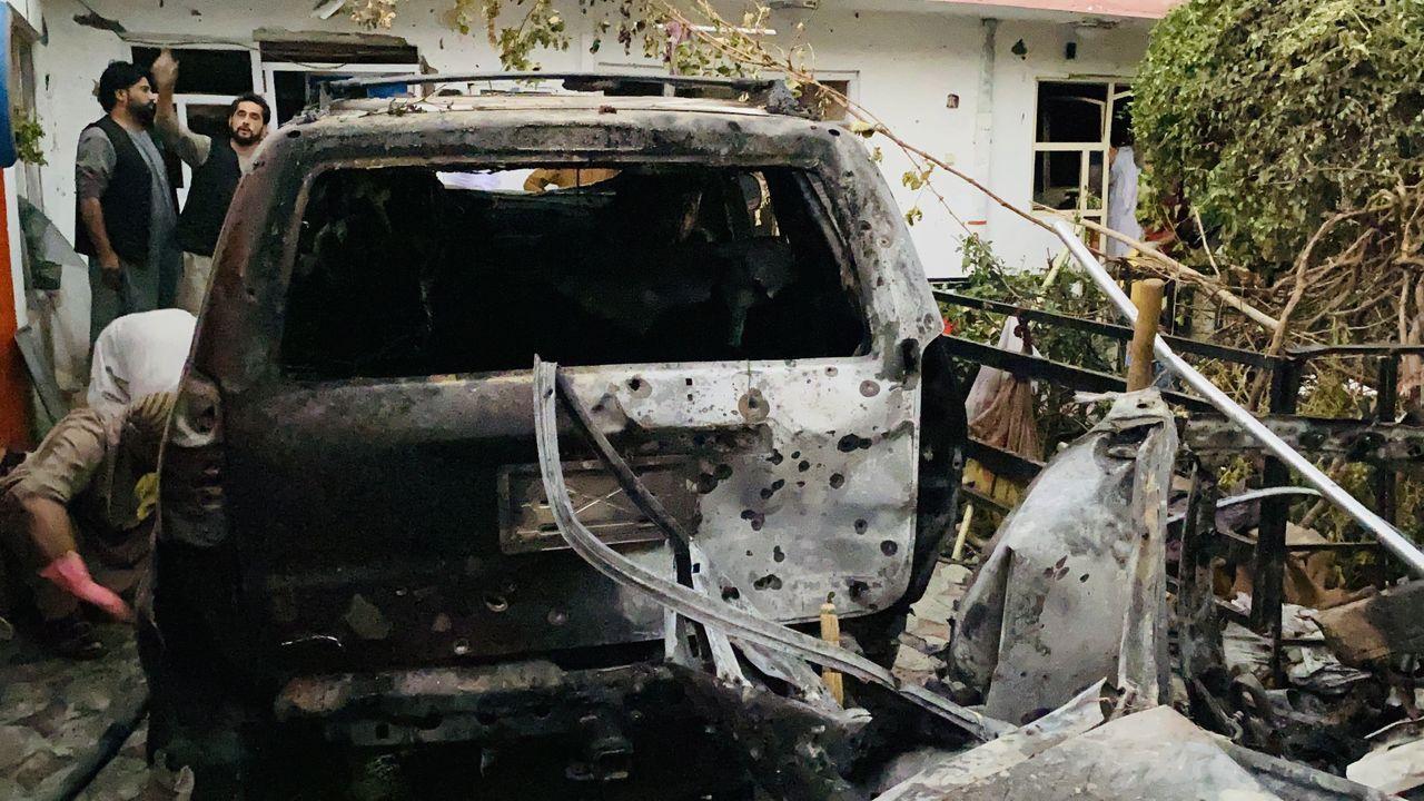 Daños en el exterior de la vivienda que sufrió el impacto de un cohete, cerca del aeropuerto de Kabul