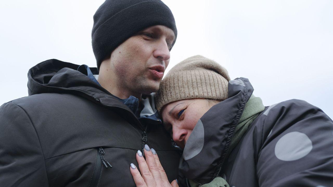 El preso ucraniano Ivan Katyshev es abrazado por su madre