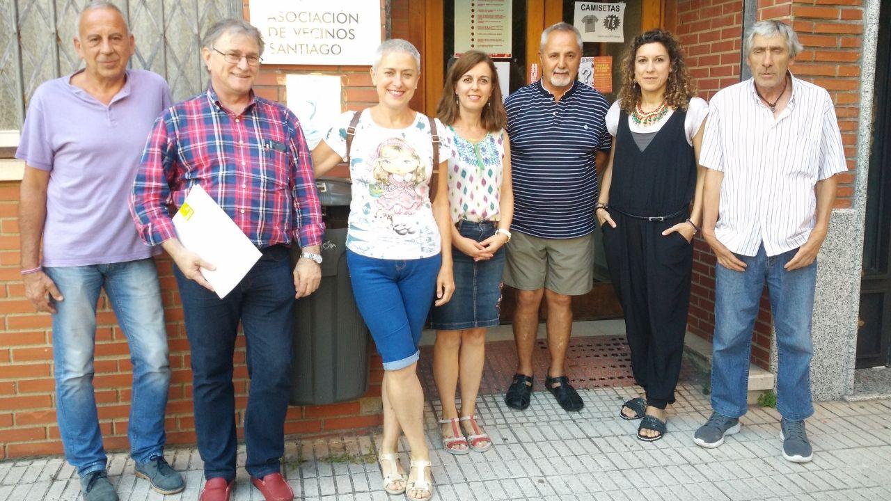 Miembros de LARPA y de la asociación de vecinos Santago de Nuevo Gijón, ayer, ante la sede vecinal