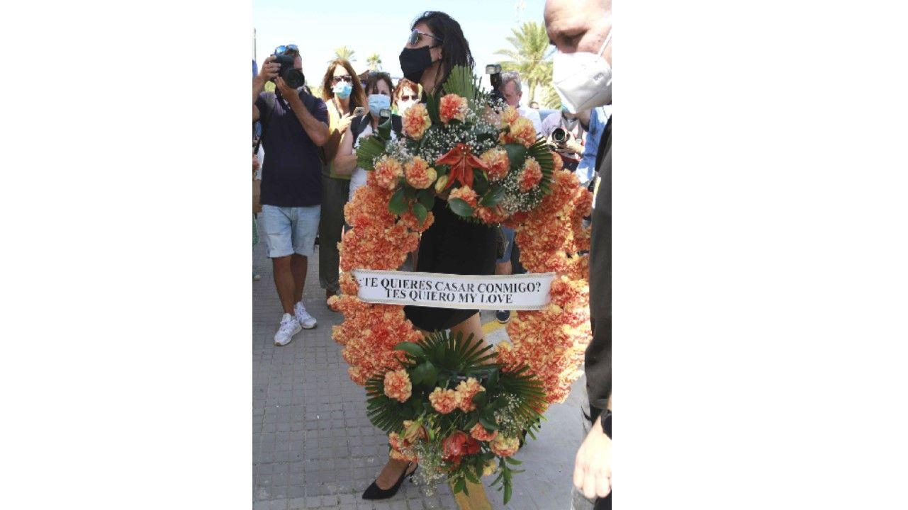 Paz Padilla sostiene una corona con un mensaje a su marido