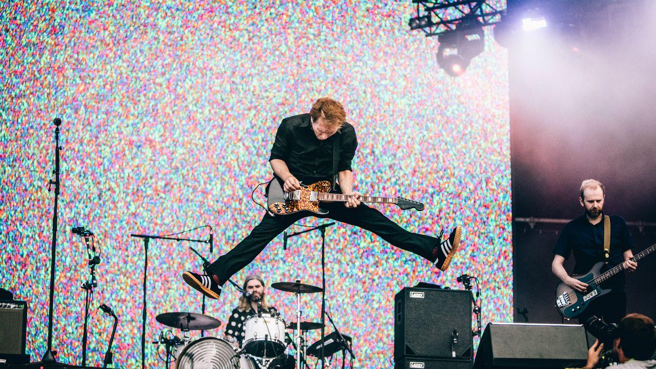 Alex Kapranos salta durante el concierto de Franz Ferdinand en el festival NOS Alive 2018