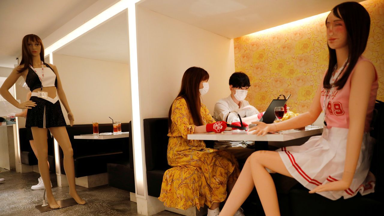 En el bar temático Cheers One, en Tokio, han colocado maniquíes vestidos de animadorras para marcar la distancia social