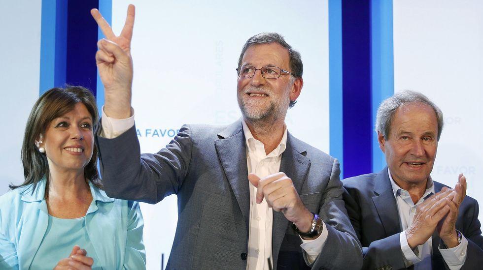 Rajoy: «Que Iglesias no nos mande más manifestantes».Quini sostiene, emocionado, la medalla que le reconoce como Hijo Adoptivo de Gijón ante los portavoces municipales, en el teatro Jovellanos