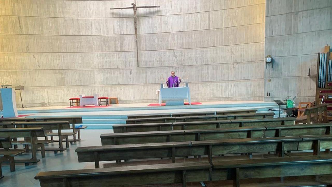 El padre Alonso, oficiando misa, solo