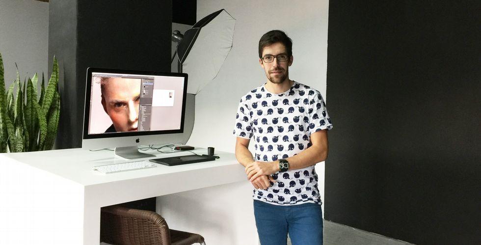 Christian González encontró trabajo en el sector que buscaba, el retoque fotográfico de moda, hace cuatro meses en Vigo.