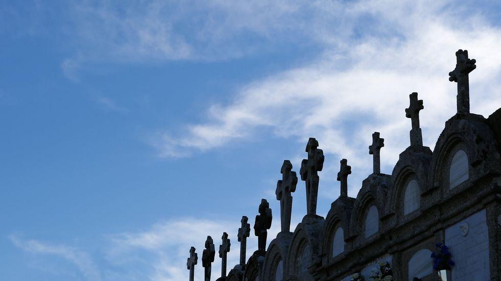 Domingo de sol y terrazas en Carballo: las imágenes.Ana María Gil Rey, a la izquierda, recogiendo su premio