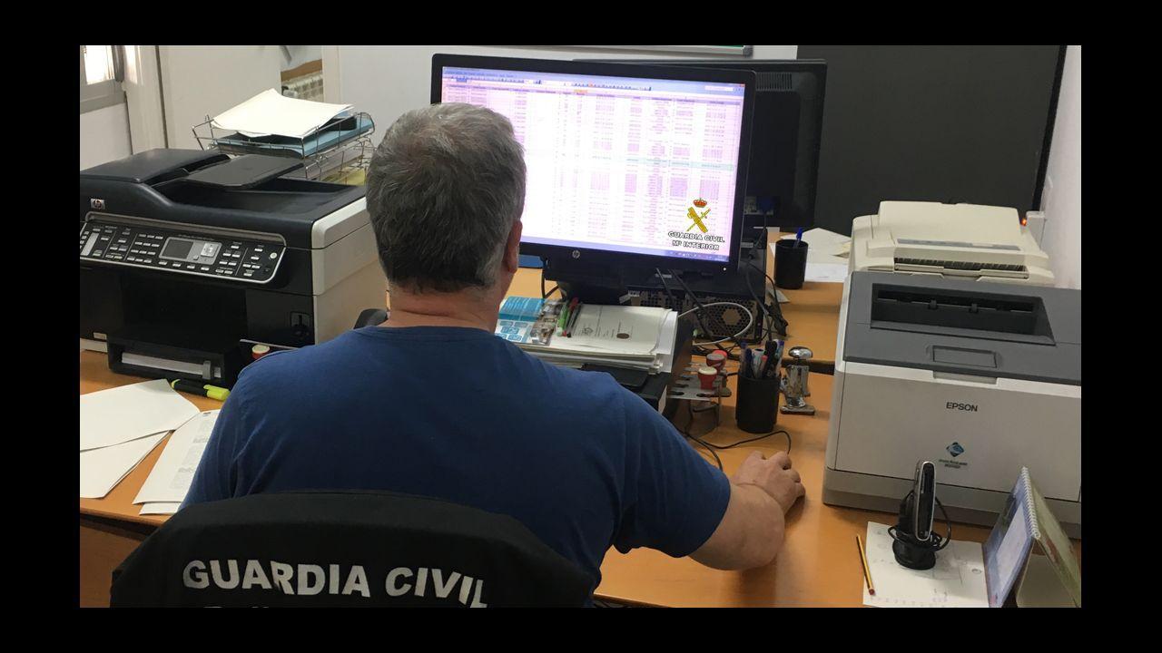 Un empleado del ADIF despacha billetes en la estación de Viveiro horas antes de que se suspenda la venta presencial