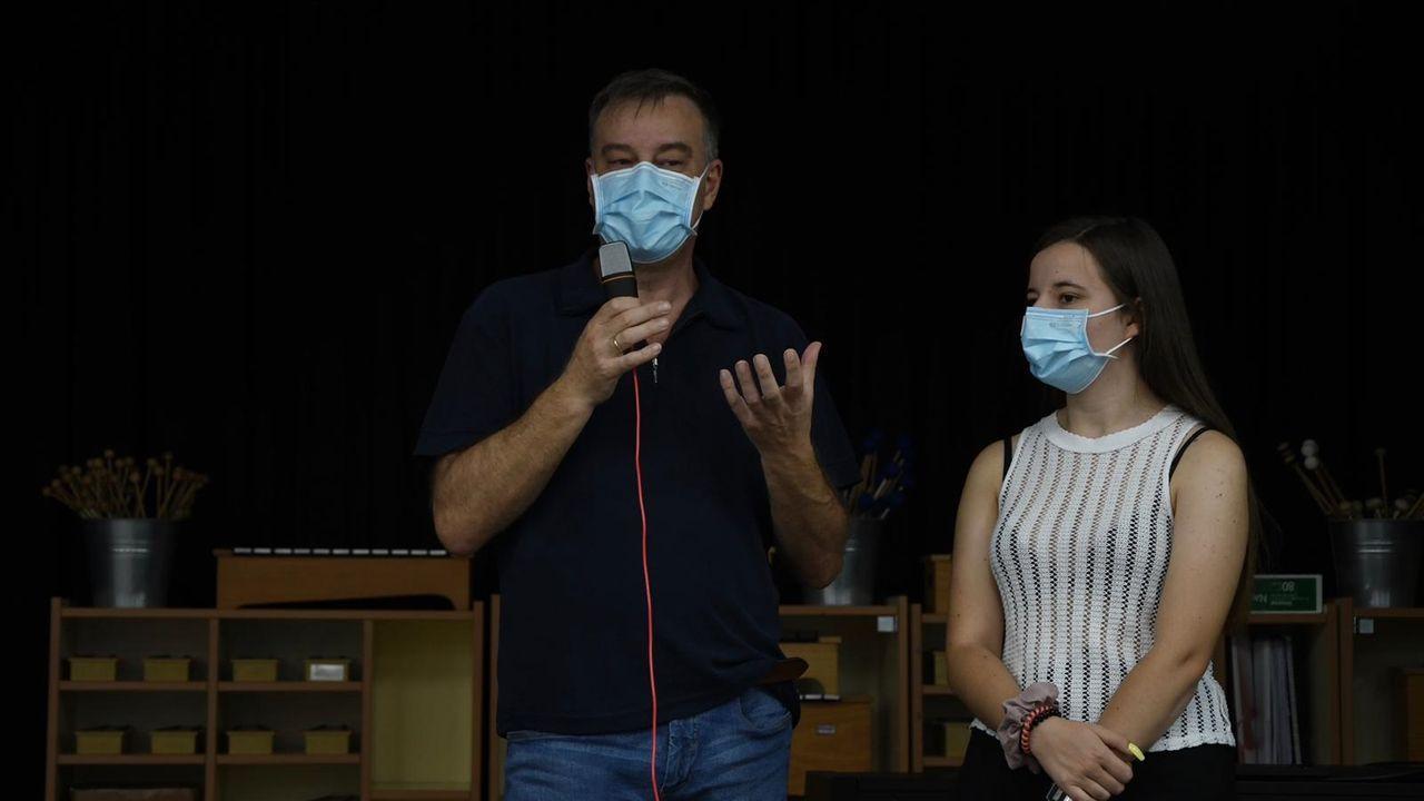 El doctor Pedro Rascado acudió con su hija a la charla para asesorar a los alumnos del IES David Buján de Cambre que participan en la feria Open Science