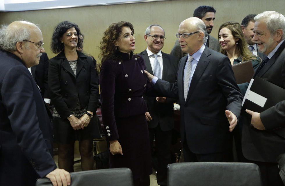 Montoro, junto a su equipo económico y varios consejeros de Hacienda al inicio de la reunión.
