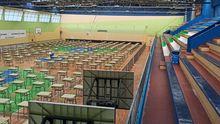 El polideportivo de La Felguera ya listo con las mesas y las sillas para la EBAU