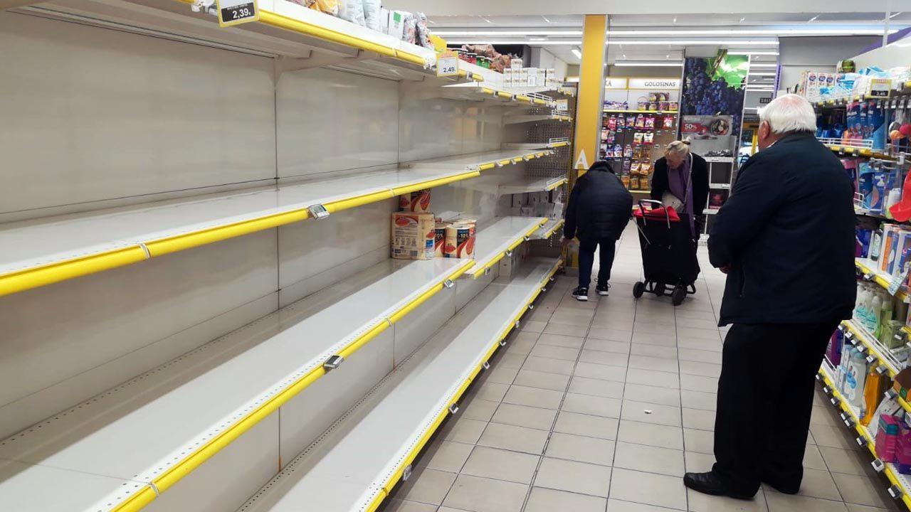 Asturias, coronavirus.Estantería vacías en un supermercado asturiano