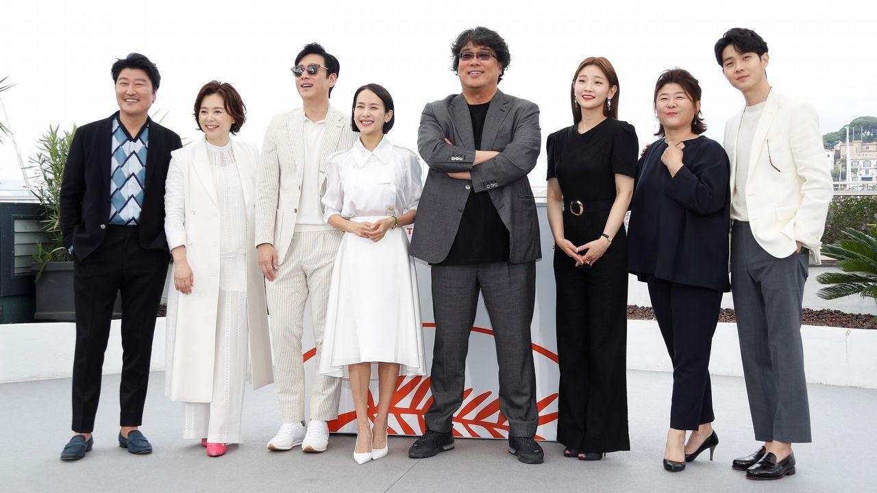 El cineasta coreano Bong Joon-ho, en el centro, con el reparto de «Parasite»