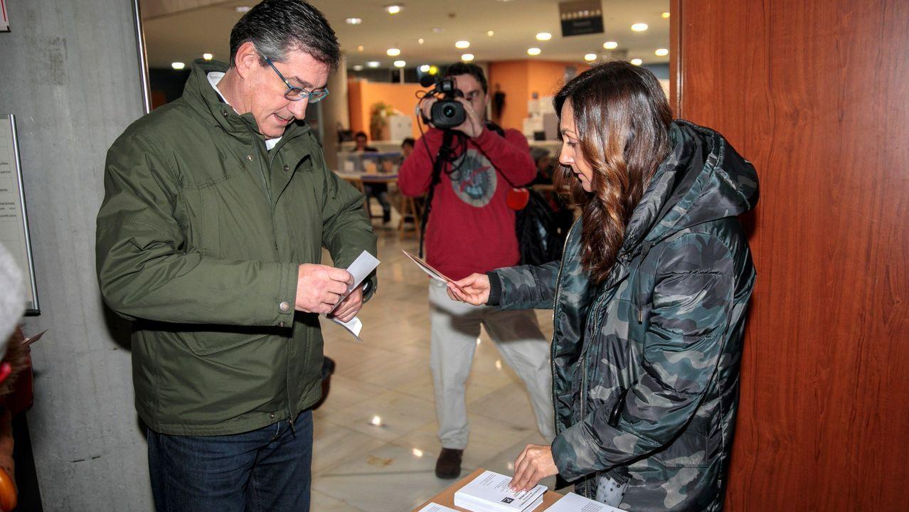 El cabeza de lista de Ciudadanos al Congreso por Asturias, Ignacio Prendes, ha votado en las elecciones generales en el colegio electoral ubicado en la antigua pescadería de Gijón