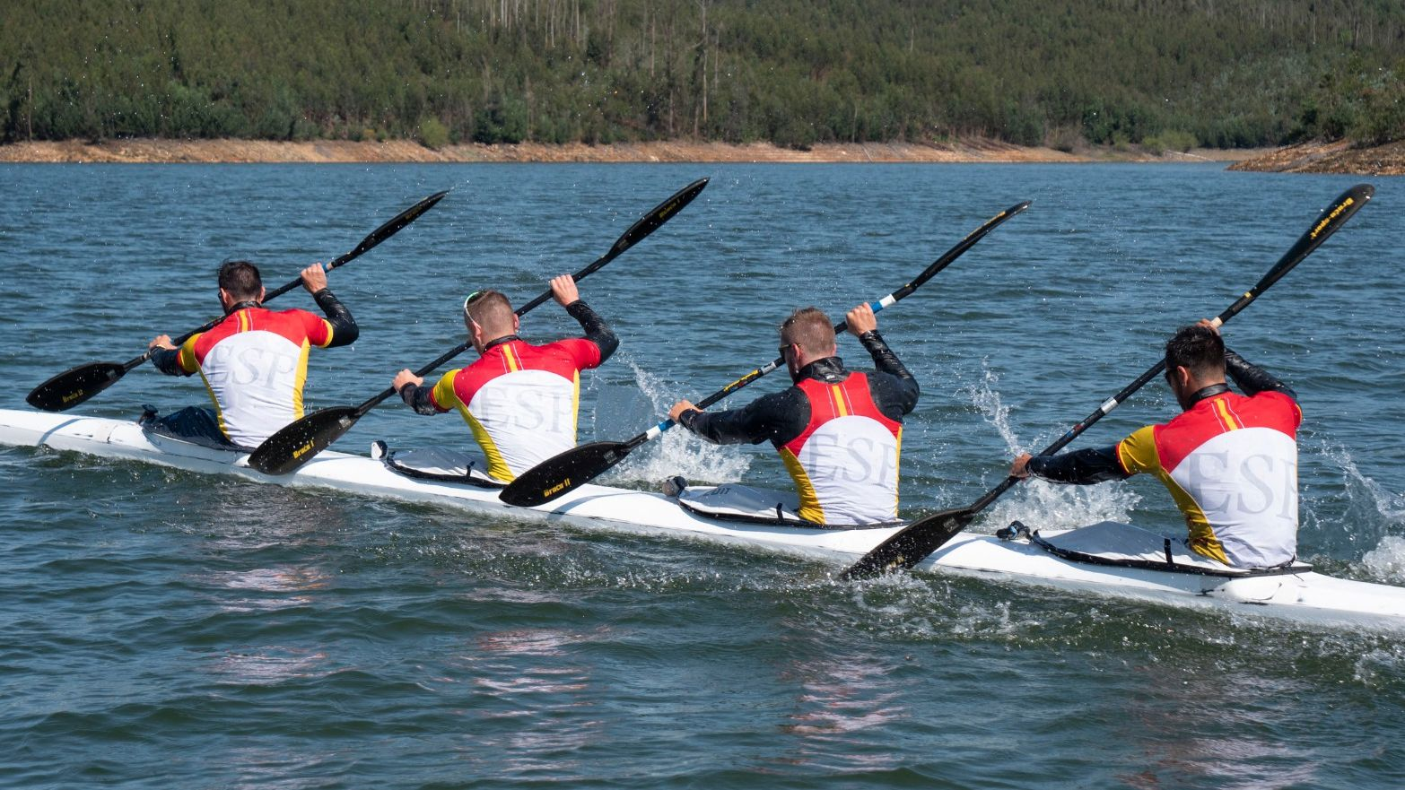 El K4 español que competirá en Tokio entrena en la nueva embarcación