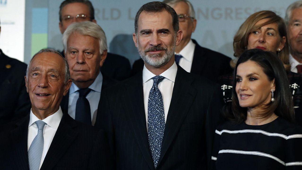 El rey Juan Carlos reaparece con un moratón en un ojo.El presidente de Portugal y premio Fernández Latorre, Marcelo Rebelo de Sousa, el expresidente del Gobierno Felipe González, y los reyes, ayer en el Congreso Mundial de Derecho en Madrid.
