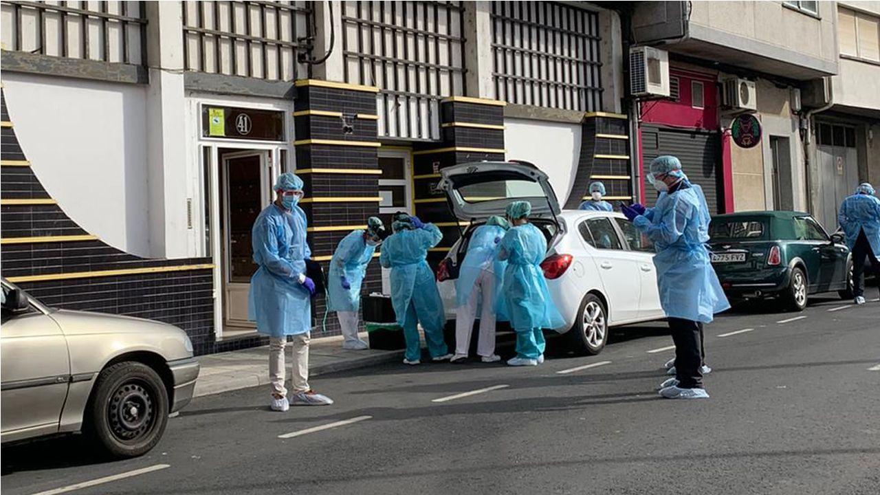 Equipos de sanitarios reúnen pruebas en el edificio cuyos inquilinos están en confinamiento en Monforte