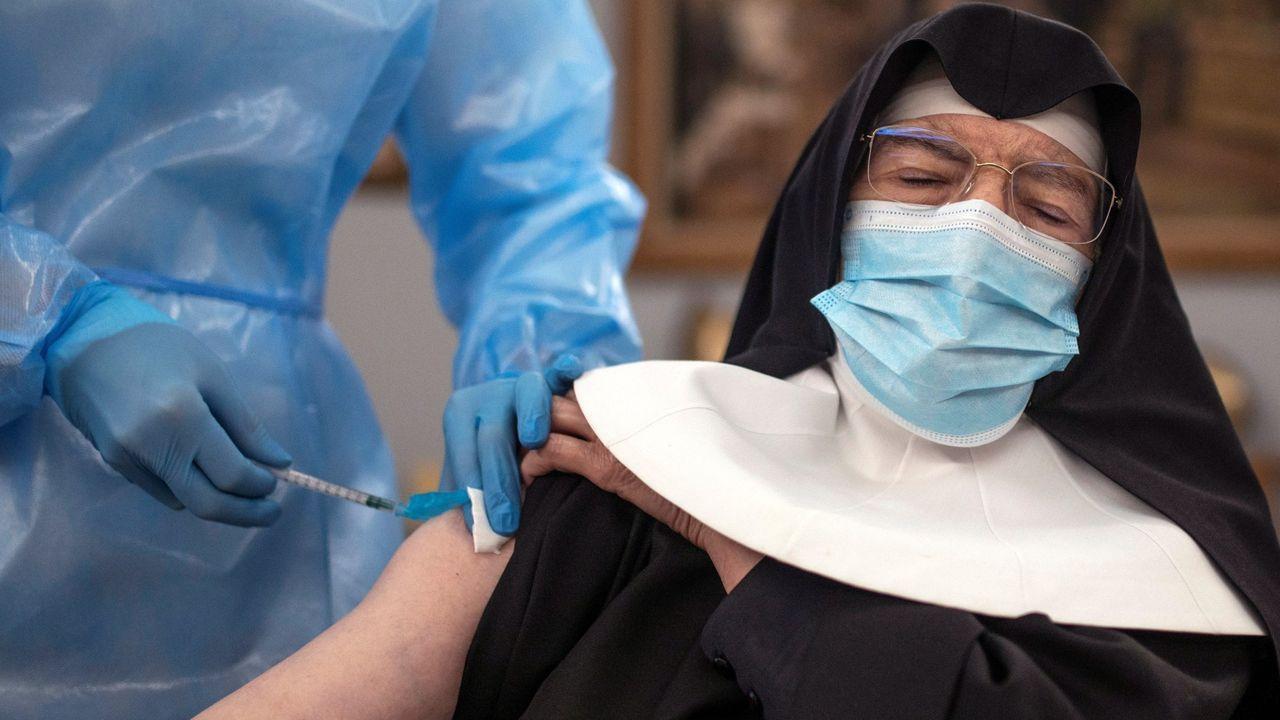 Una sanitaria vacuna contra el coronavirus a una monja en el interior de la Residencia San José de Ourense, gestionada por las Hermanitas de los Ancianos Desamparados