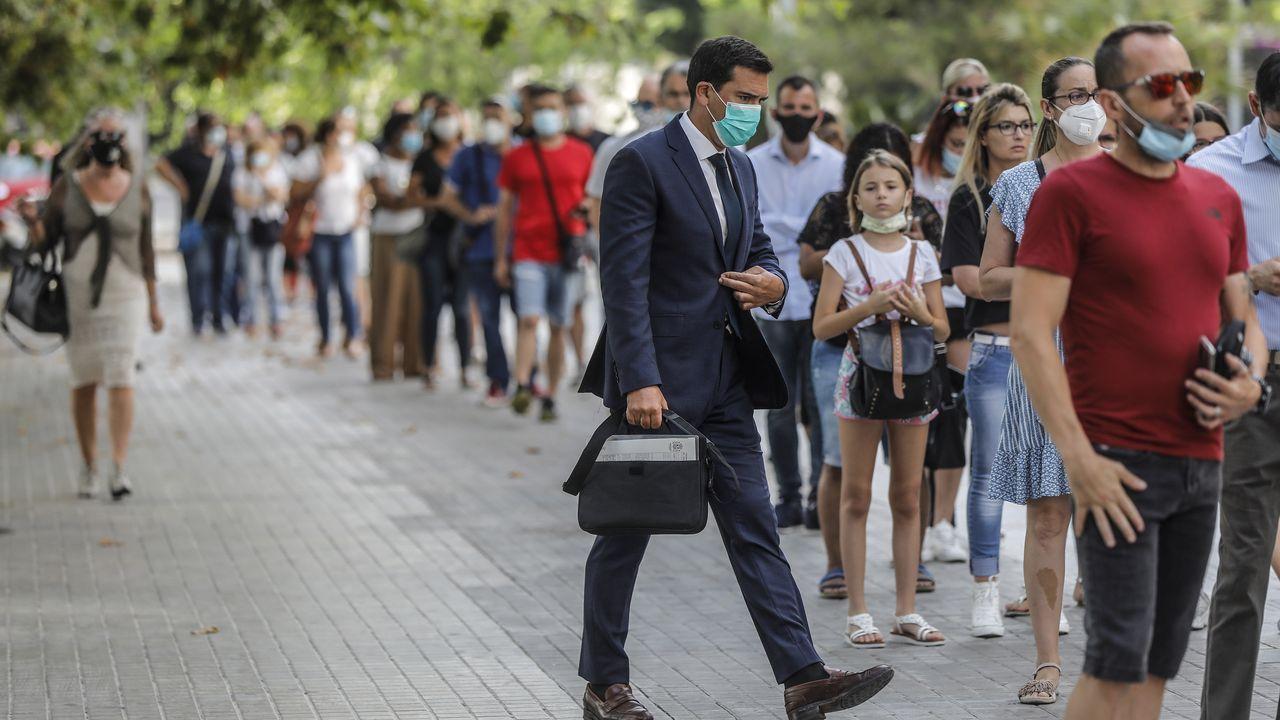 Colas en Valencia para acudir a los juzgados, sin apenas distancia de separacion