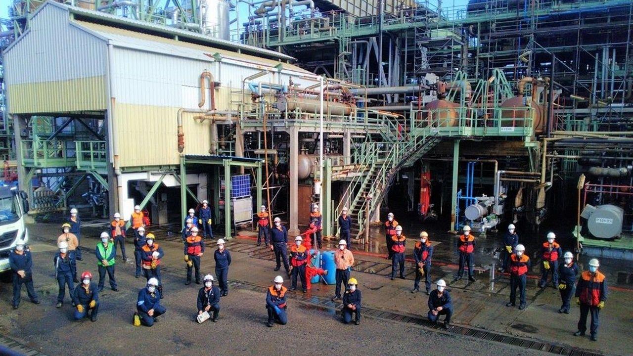Trabajadores de la refinería de Repsol en A Coruña, durante el simulacro de emergencia general que realizaron este jueves en una de las unidades de conversión de la planta