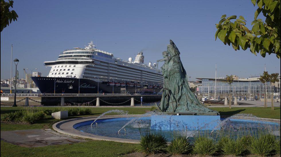 El «Mein Schift» en el puerto de A Coruña