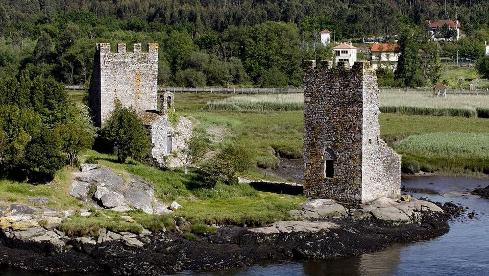 Unos de los enclaves más fascinante del tramo fluvial de la peregrinación llega con los restos de las torres do Oeste, una fortaleza erigida en la Edad Media para defender a Compostela de las incursiones de los vikingos.