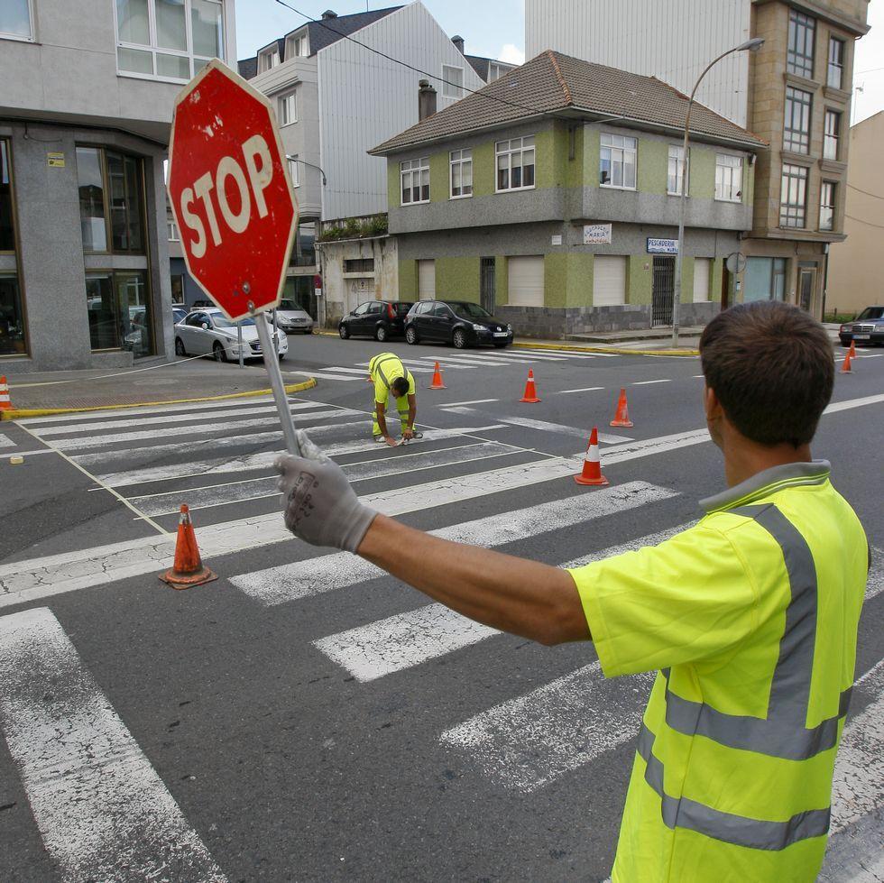 En el casco urbano de A Laracha están pintando los pasos de peatones.