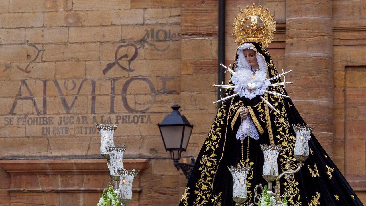 La imagen de Nuestra Señora de los Dolores, sale de la Iglesia de San Isidoro el Real, al inicio de la procesion del Santo Entierro de la cofradia del Santo Entierro y Nuestra Señora de los Dolores en Inmaculada Concepcion, que se celebro hoy Viernes Santo en Oviedo dentro de los actos de la semana santa ovetense