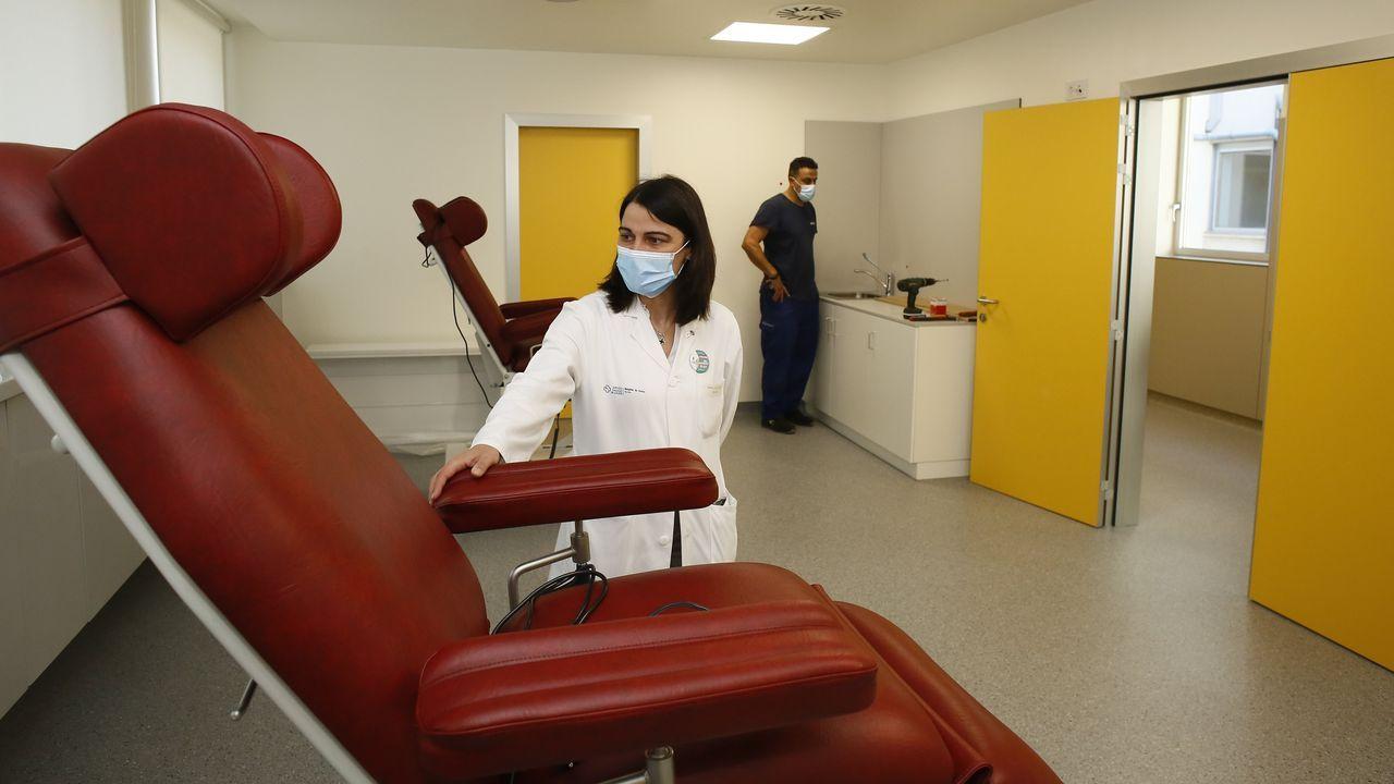 ¿Cómo avanza la investigación del CSIC en busca de la vacuna contra el covid?.Imagen de archivo en la que dos trabajadoras desinfectan prendas en una tienda de Vilagarcía