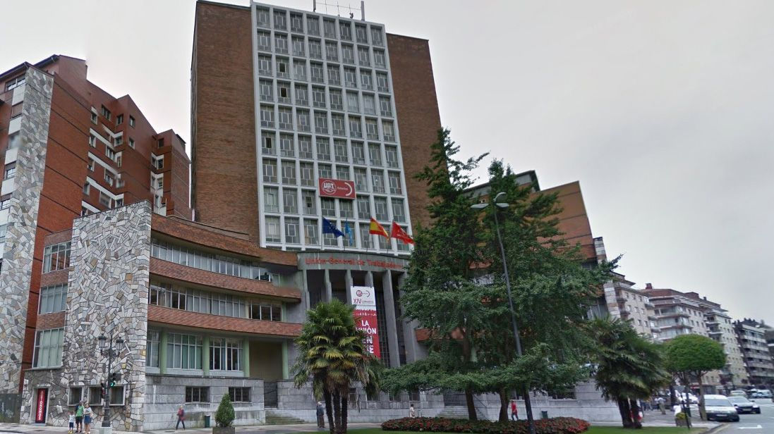Registro en la sede de UGT Asturias.El ex secretario general del SOMA-UGT, José Ángel Fernández Villa (2i), a su llegada al Palacio de Justicia de Oviedo, donde hoy están declarando testigos e investigados en la Operación Hulla