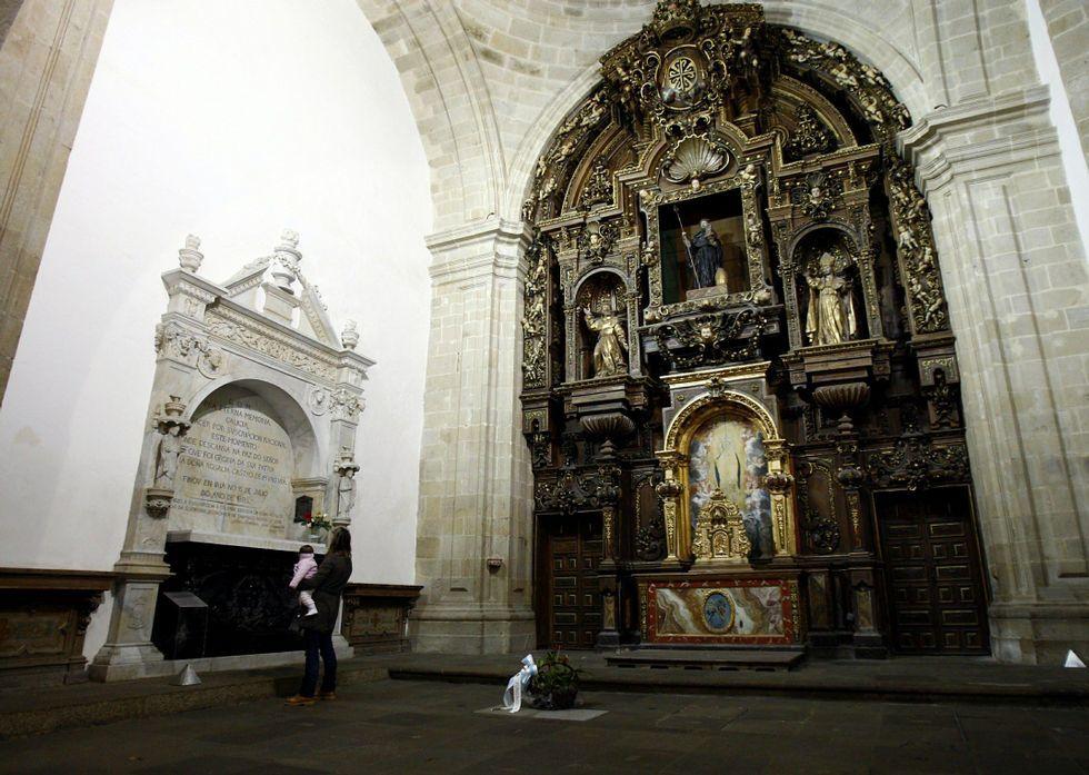La tumba de Rosalía de Castro es la primera que se creó en el Panteon de Galegos Ilustres.