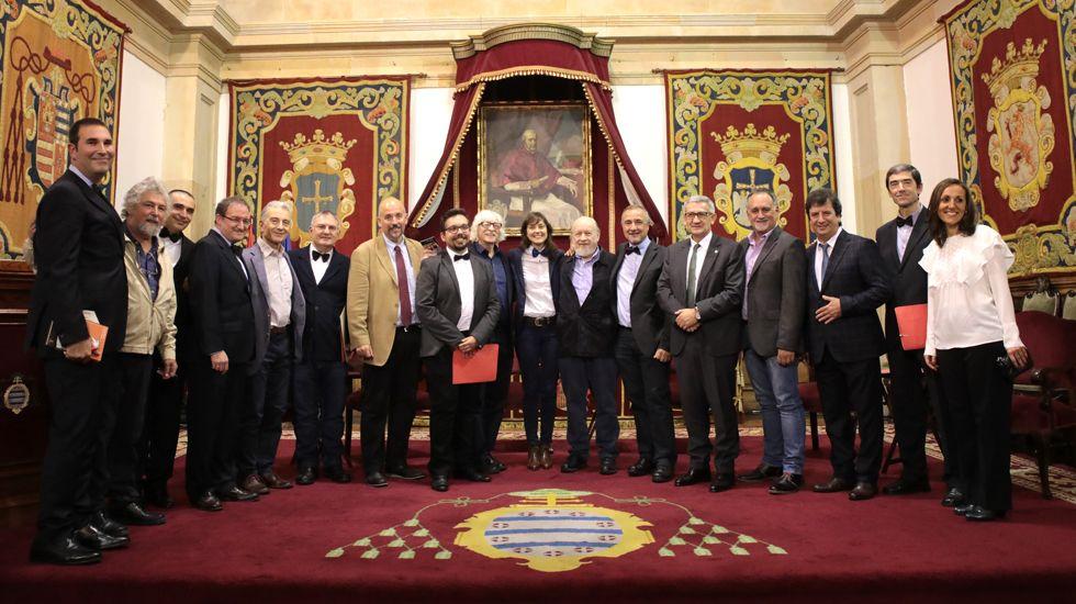 El presidente del Principado, Javier Fernández, y el rector de la Universidad de Oviedo, Santiago García Granda, firman el contrato-programa.Integrantes de Les Luthiers junto a los participantes en el «Curso», en el Paraninfo de la Universidad de Oviedo