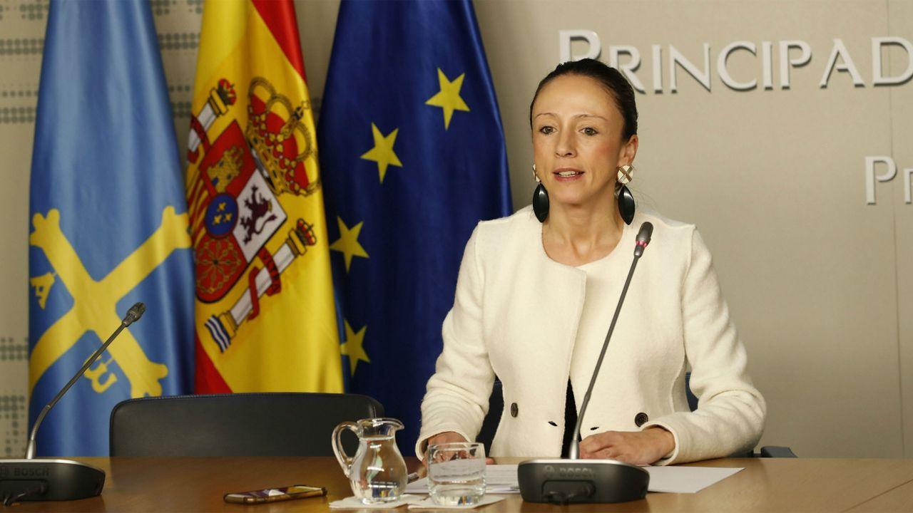 El escritor asturiano Xuan Bello.La portavoz del Gobierno asturiano, Melania Álvarez