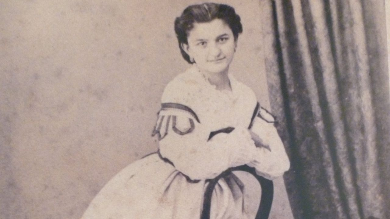 sellier.Una jovencísima Emilia Pardo Bazán posa para la cámara de Luis Sellier, el francés que montó en la década de 1850 el estudio Fotografía de París en la calle Real. El gabinete, puesto en marcha junto a su cuñado, Avrillon, fue uno de los más famosos de A Coruña