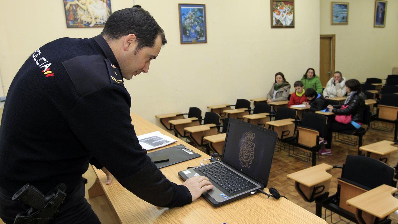Mar ha denunciado el caso de su hija, que aparece al fondo de la foto junto a su padre, ante Educación