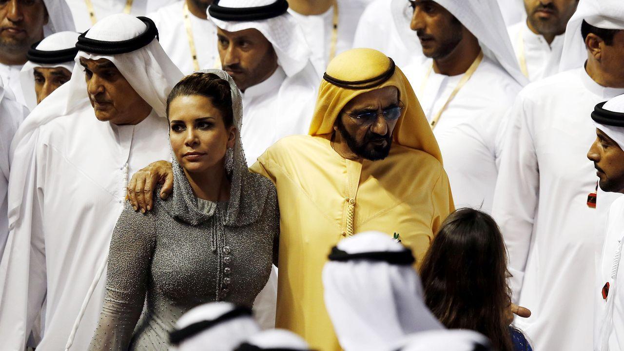 El emir de Dubái, en una imagen del 2016 con su sexta esposa, la princesa Haya, quien logró huir a Londres en el 2019 y, según la Justicia británica, sufre una «campaña de intimidación» por parte del mandatario
