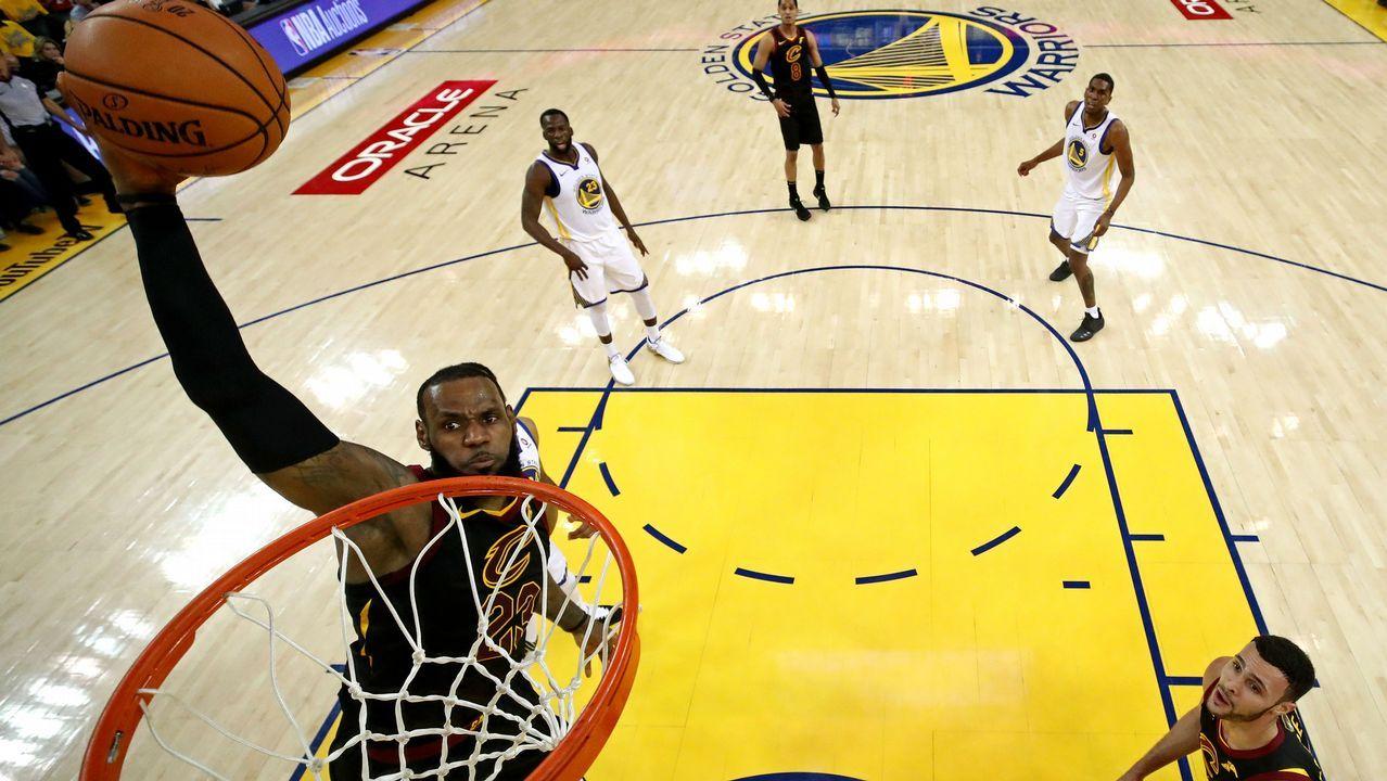 Curry pelea con LeBron James por una bola suelta