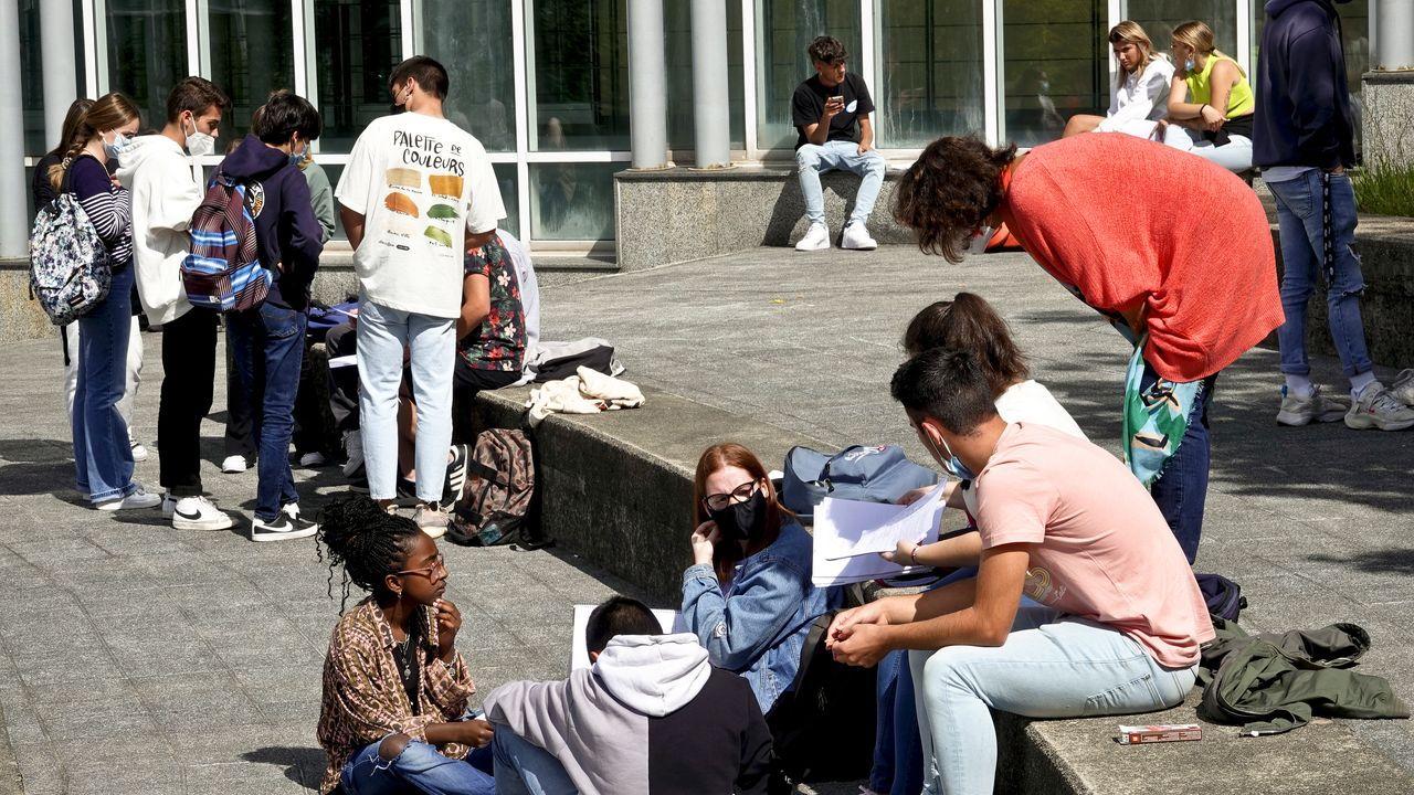 La segunda oportunidad de la EBAU en Vigo.Alumnos de la selectividad en Pontevedra repasando pocos minutos antes del primer examen, el pasado 8 de junio