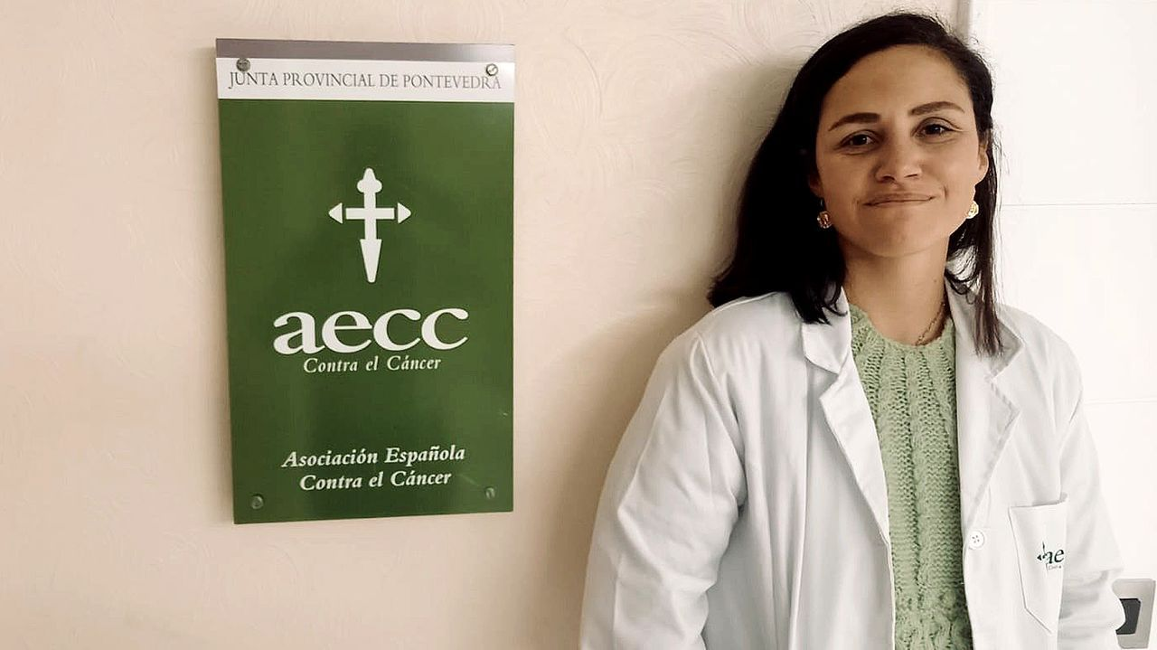 Las imágenes de la andaina solidaria que promovió Abellariza en favor del cáncer.La doctora Angélica Figueroa (izda.) y Andrea Rodríguez trabajan en el Inibic, un centro vinculado al Chuac, en fármacos innovadores para frenar alteraciones en el colon y otros tejidos