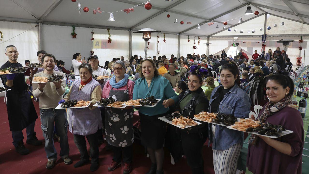Comida solidaria de Navidad en la Alameda.Una actuación del Coro Joven de Gijón