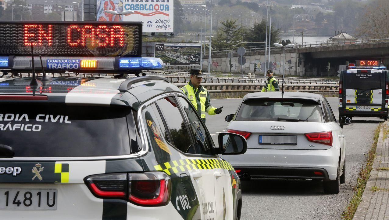 «¿De dónde viene?». Los controles de tráfico son numerosos. Los agentes preguntan a los conductores el motivo de sus desplazamientos, y si estos no están justificados se tramita una denuncia. La conversación con el conductor se hace a distancia, como se ve en la foto